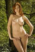 Naturliga naken skönhet poserar outsite i naturen — Stockfoto
